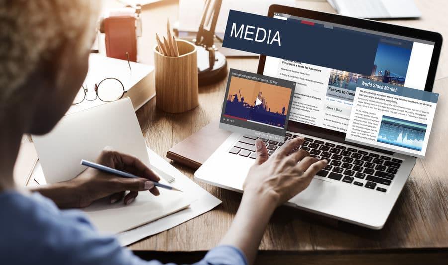 Mulher olhando o conceito de conteúdo global de notícias diárias de mídia no computador