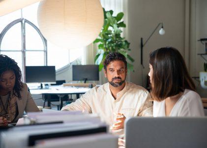 4 benefícios de contratar uma agência de marketing x contratar uma equipe interna